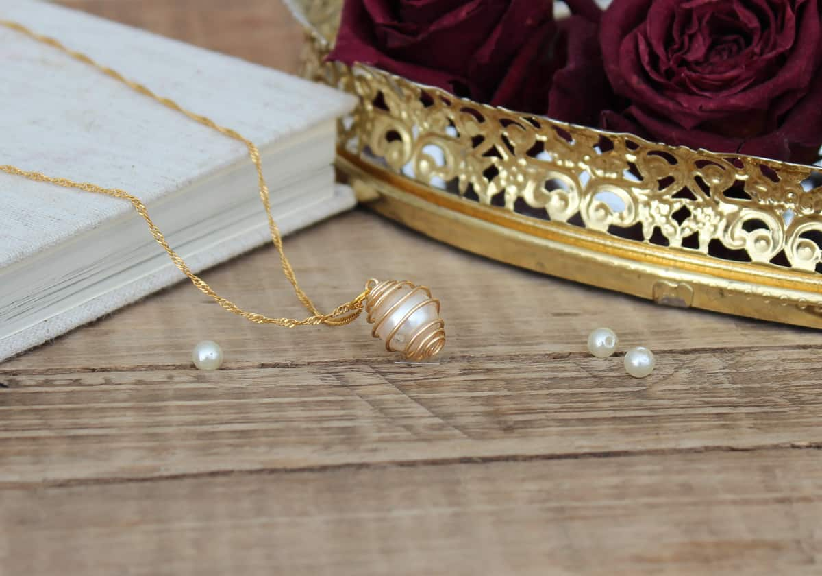 DIY necklace - caged pearl necklace tutorial