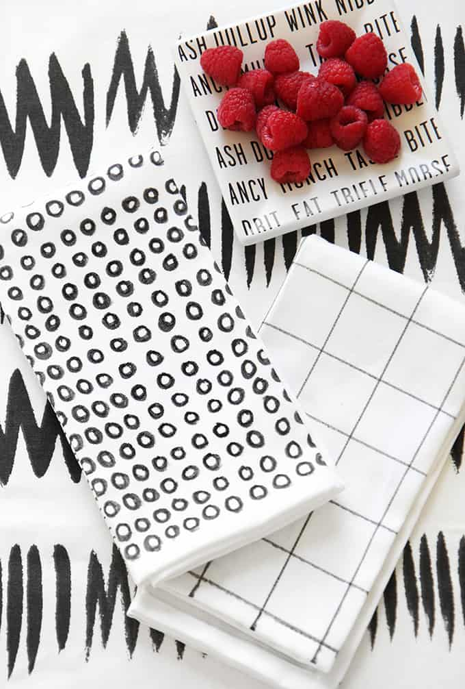 These black and white printed napkins are the cutest way to dress up your kitchen. But wait they're made with just permanent markers? Check it out