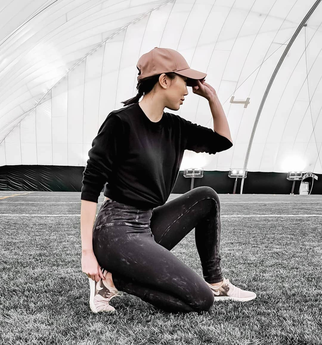 Sporty outfit with grey legging and black top