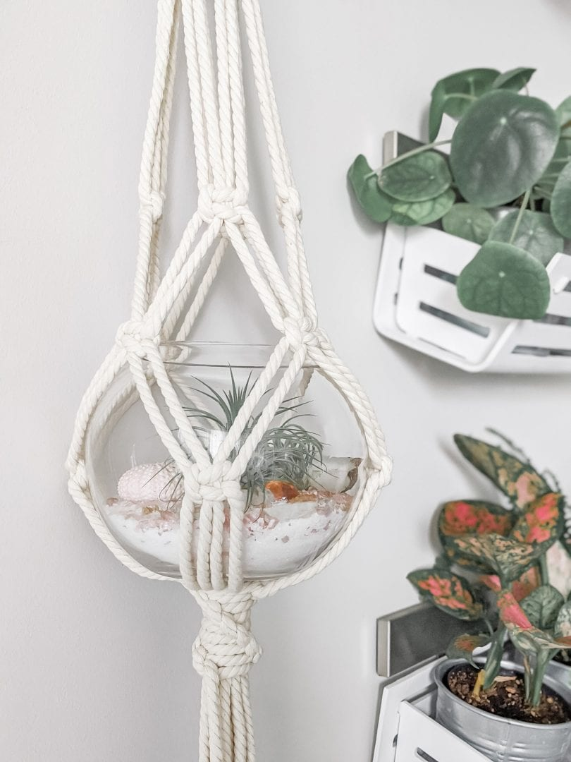 Make this easy DIY macramé plant hanger by following this easy tutorial on yesmissy.com